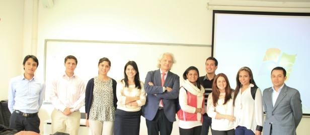 El Profesor Diego Fernández Arroyo con la Dra. María Carmelina Londoño, Directora de la Maestría en Derecho Internacional, y estudiantes de la Maestría
