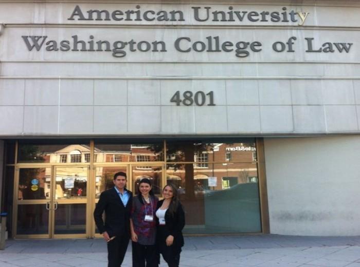 El equipo: Camilo Escobar, Dra. María Carmelina Londoño (coach), y Brenda Forero